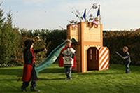 Spelende kinderen rond axi-huisje