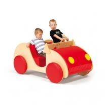 Houten auto voor een speelhoek